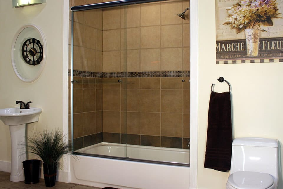 euro ete shower door with a shadow bar